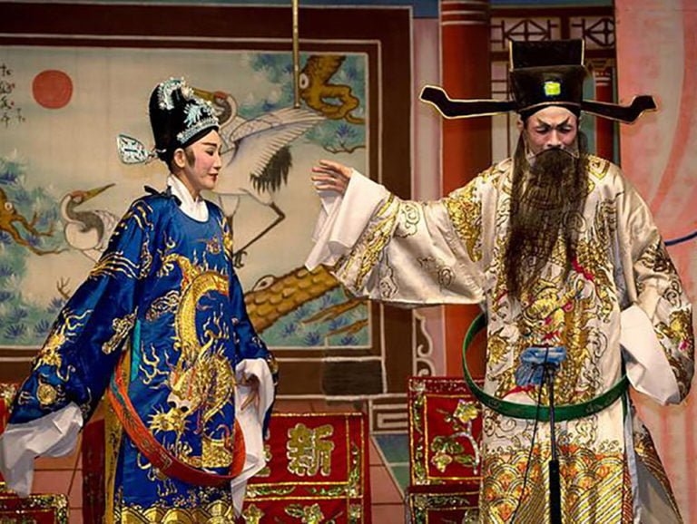 british culture vs chinese culture Chinese are taught from primary school through graduate school about cultural differences between china and america: chinese love their families, chinese have honor, chinese are modest, chinese are caring, chinese are generous, etc.