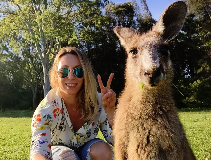 Here are my favorite places where you can play with kangaroos in their natural environment.