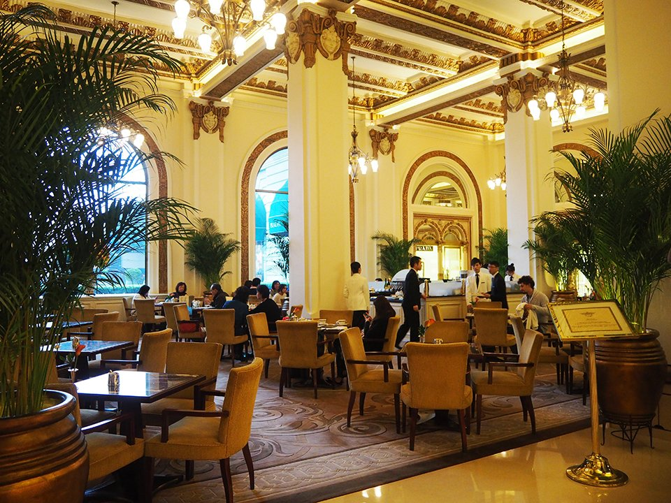 The beautiful lobby of the hotel Penisula