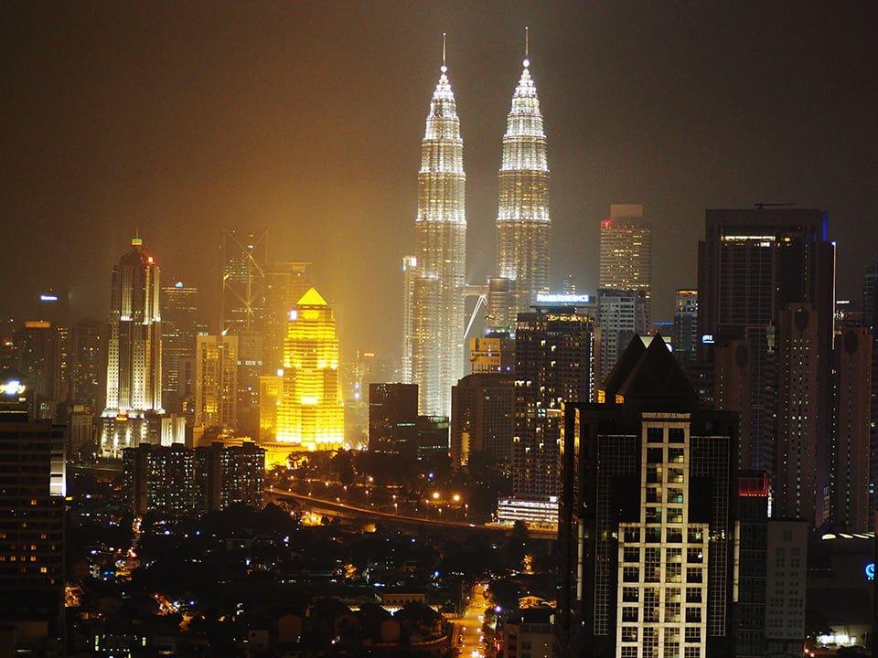 Kuala Lumpur nocą. Widok ze szczytu budynku.