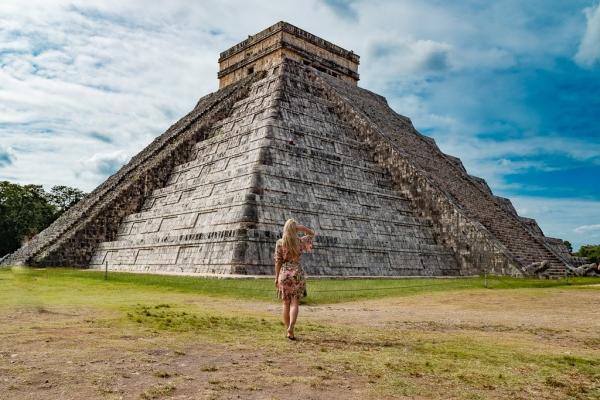 Ruiny Chichén Itzá w Meksyku, a wokół nich cyrk na kółkach