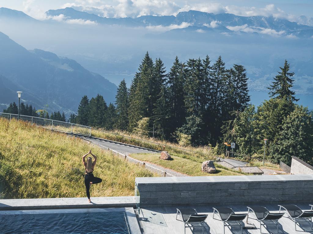 Szwajcarskie poranki, joga wśród wzgórz i niesamowity hotel Rigi Kaltbad z widokiem na Alpy